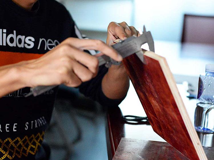 湖南益阳客户陈总在木胶板厂家考察